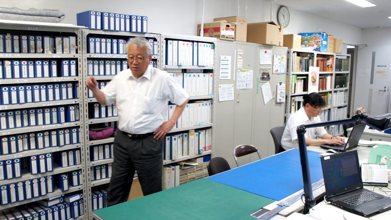 デジタルデータをチェック、名付けするところ公文書などを整理する部屋